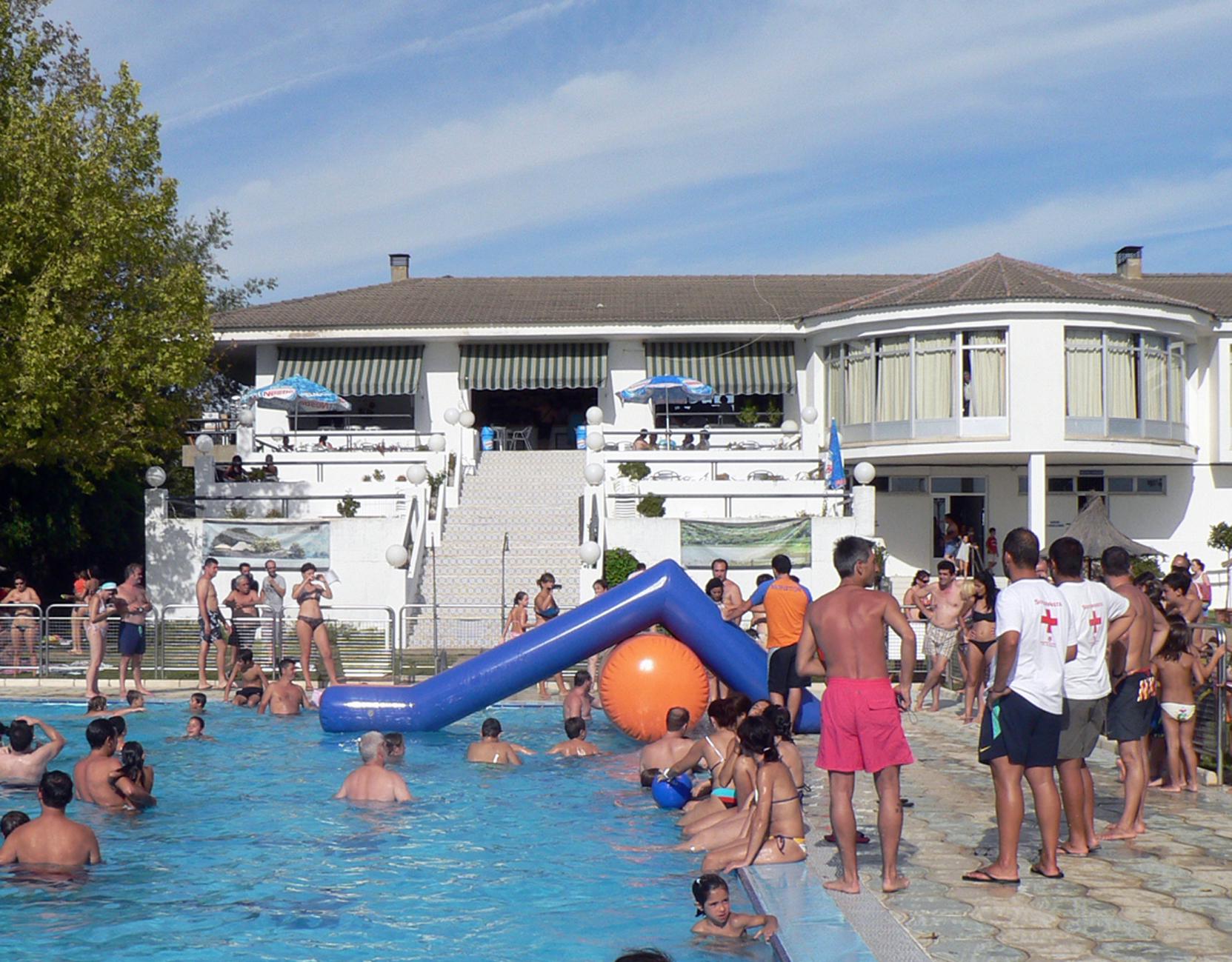 El ayuntamiento inicia la temporada de verano en la for Piscina municipal caceres
