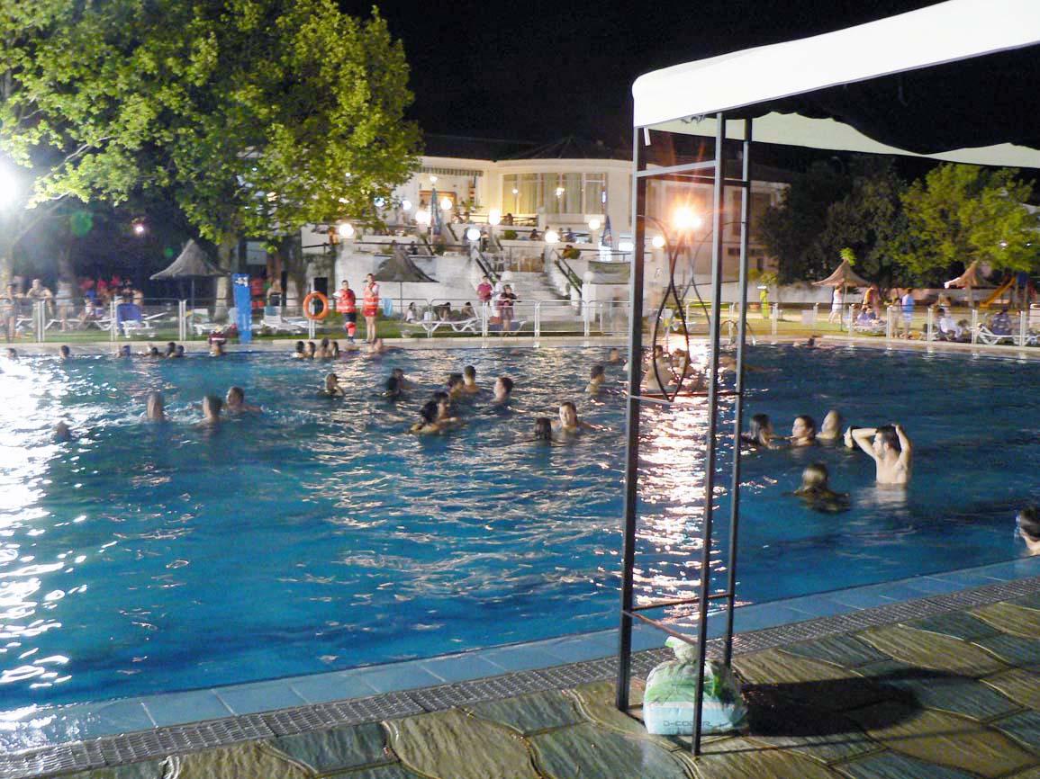 La 1 apertura nocturna de la piscina municipal ser este for Piscina municipal caceres
